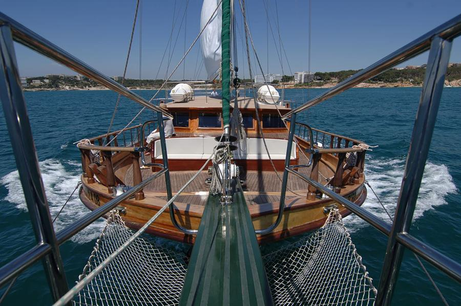 Wooden Boat Cruise in Barcelona : Into The Blue